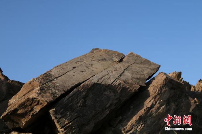 """1月25日,记者驱车进入宁夏与内蒙古交界处的中卫北山深处荒漠腹地,来到中国唯一的世界级""""岩画主要地区""""大麦地岩画的核心区,追忆人类史前遗迹中最为灵动的一面,领略人类祖先的非凡智慧。资料图为中卫大麦地岩画。<a target='_blank' href='http://www.chinanews.com/'>中新社</a>记者 于晶 摄"""