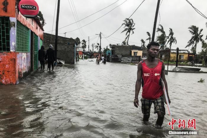当地时间2021年1月23日,莫桑比克港口城市贝拉,热带气旋埃洛伊塞(Eloise)登陆当地带来大风暴雨,当地大量汽车淹没在水中并造成部分建筑倒塌,随后已降级成热带低压(热带气旋强度最弱的级别)。 图片来源:ICphoto