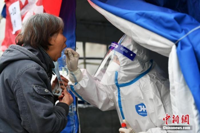 资料图:医护人员对居民进行核酸采样。中新社记者 翟羽佳 摄