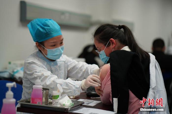 资料图:医护人员在接种新冠肺炎疫苗。 沈美萍 摄