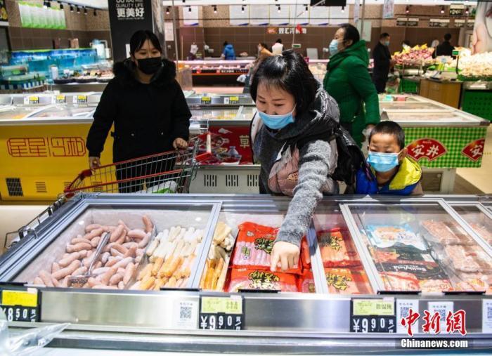 资料图:市民在超市采购商品。<a target='_blank' href='http://www.chinanews.com/'>中新社</a>记者 侯宇 摄