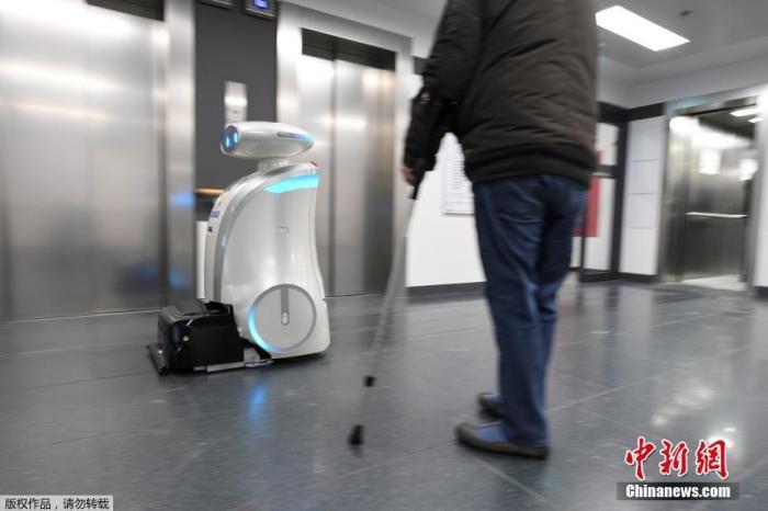 當地時間1月25日,德國慕尼黑,機器人Franziska清掃醫院的地面。該醫院在新冠肺炎疫情傳播期間,減少清潔工的人數,用機器人取代部分人員的流動。