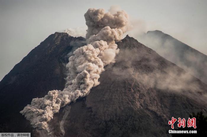 当地时间1月27日,印度尼西亚日惹省,默拉皮火山喷发出岩石和火山灰,顶部冒出滚滚浓烟。