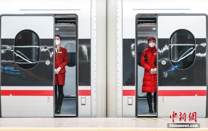 1月28日,开往哈尔滨西的G915次列车在北京朝阳站即将关门发车。当日,2021年春运大幕开启,京哈高铁全线贯通后首次承担春运任务。 中新社记者 贾天勇 摄