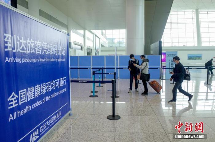 1月28日,武汉天河机场,乘客扫码后出站。当日,2021年春运大幕拉开。2021年春运从当日开始,至3月8日结束,共40天。 中新社记者 张畅 摄?