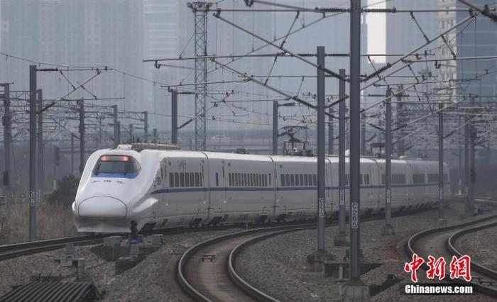 1月28日,浙江杭州,一列高铁驶出杭州东站。 中新社记者 王刚 摄