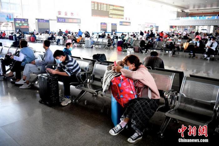 资料图:旅客在候车大厅候车。 中新社记者 陈文 摄