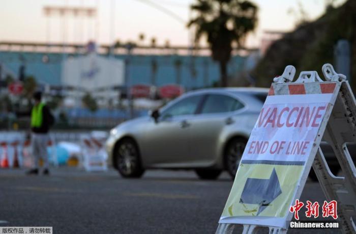 当地时间1月30日,美国加州洛杉矶道奇体育场停车场内的新冠疫苗接种点因遭抗议者围堵而关闭。据报道,抗议者在接种点堵住入口,致使数百名驾车排队等待接种疫苗的人停滞不前。洛杉矶消防局在当日下午2点左右关闭了道奇体育场疫苗接种中心的入口。据悉,道奇体育场疫苗接种点是全美最大的疫苗接种点之一。