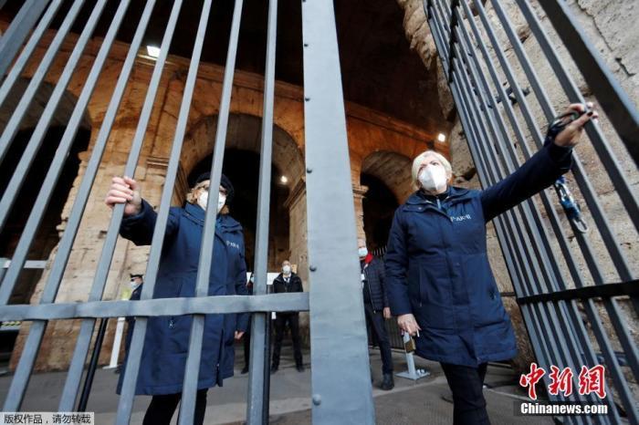 当地时间2月1日,意大利罗马,罗马斗兽场重新开放。图为工作人员打开斗兽场大门。