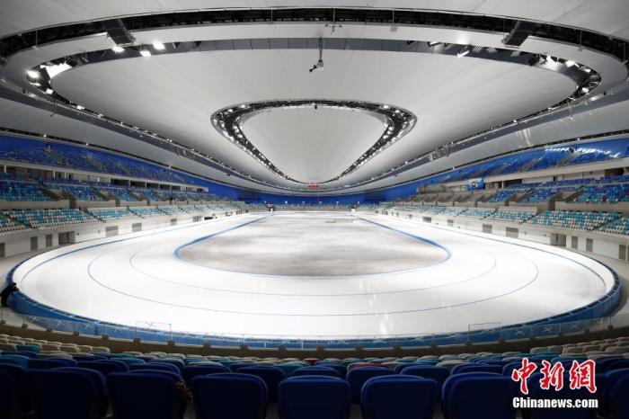 国家速滑馆国家速滑馆是北京2022年冬奥会标志性场馆。冬奥会期间,国家速滑馆将承担速度滑冰比赛,在此将诞生14块金牌。目前,国家速滑馆完成速滑赛道的首次制冰,具备了迎接测试赛的条件。图为2021年1月28日,已完成制冰的国家速滑馆。中新社记者 富田 摄