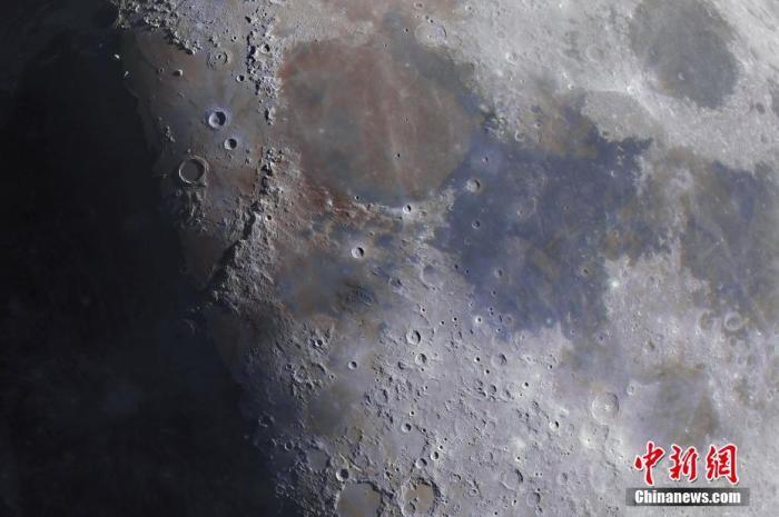 资料图:这是一张由成千上万张不同月相的照片组成的合成照片,捕捉到了月球上每个细节。澳门葡京平台来源:视觉中国