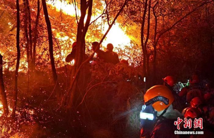 资料图:2月5日晚,福建森林消防救援人员连夜扑救一场森林火灾。 中新社发 龙岩森林消防 供图