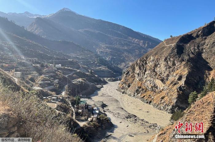 内地时间2月7日,印度北部产生冰川断裂,激发大水。内地官员预计,约有100至150人失踪。据报道,印度当局向北部多个地域发出高度警备状态,暗示冰川断裂,导致河道水位上升,要求住民撤离。内地也已经出动武士和直升机救助。