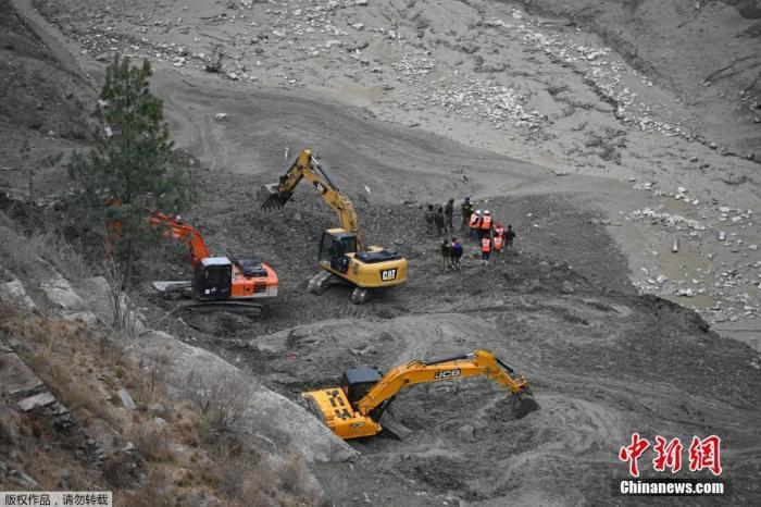 印度北部北阿肯德邦警方2月9表示,当地冰川断裂造成的死亡人数升至32人。失踪人数在200人左右。印度内政部长阿米特·沙阿当天在议会说,大规模救援行动仍在进行。据沙阿介绍,此次冰川断裂灾害影响面积约14平方公里,政府已派出450名警察、5支国家救灾应急部队、8支陆军救援队、一支海军救援队和5架空军直升机参与救援行动。