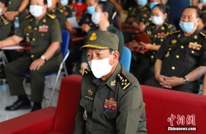 2月10日,柬埔寨正式启动首轮中国新冠疫苗接种。柬埔寨政军界一众高官完成接种,对中国疫苗投下信任票。图为柬埔寨副首相兼国防大臣迪班赴现场视察疫苗接种情况。 <a target='_blank' href='http://www.synthninja.com/'>中新社</a>记者 欧阳开宇 摄