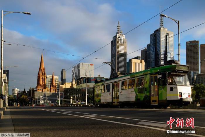 資料圖:澳大利亞墨爾本,一輛有軌電車沿著空曠的城市道路行駛。