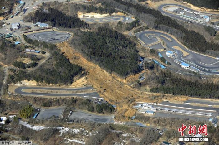 当地时间2月14日,日本福岛县Nihonmatsu市,一处因地震损毁的山路。