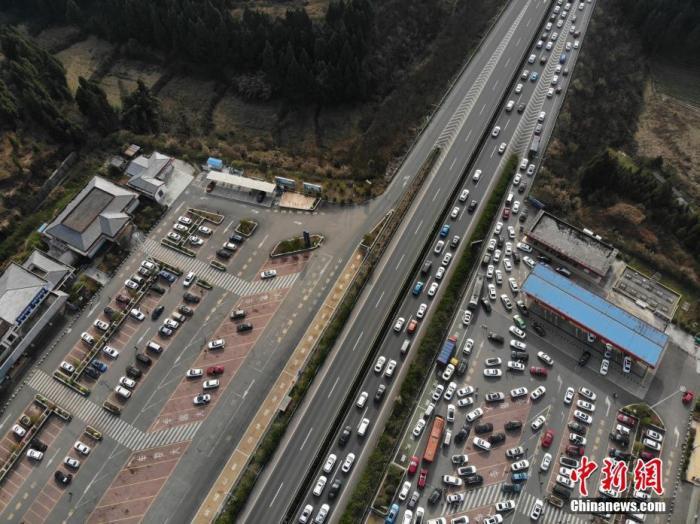 2月17日,四川南大梁高速南充往成都方向车辆排队缓行。当日是2021年农历春节长假最后一天,民众陆续返程,四川多条高速公路迎来返程客流高峰。中新社记者 张浪 摄