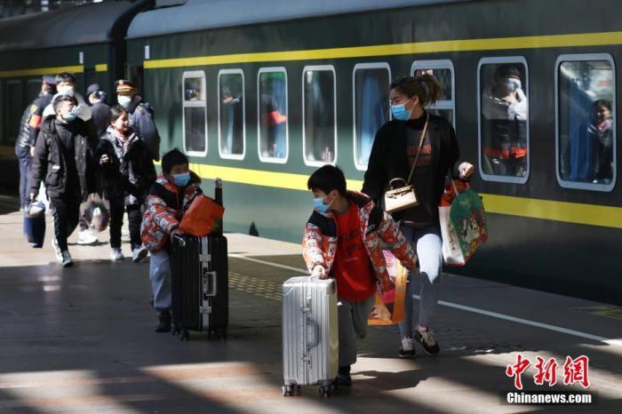 16日铁路、公路、水路、民航共发送旅客1