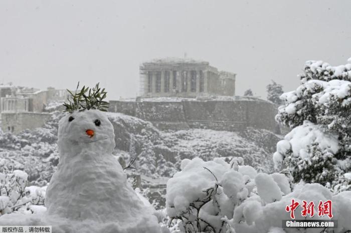 当地时间2月16日,希腊雅典迎来罕见大雪天气,古老的卫城被积雪覆盖。图为民众用积雪捏的雪人。