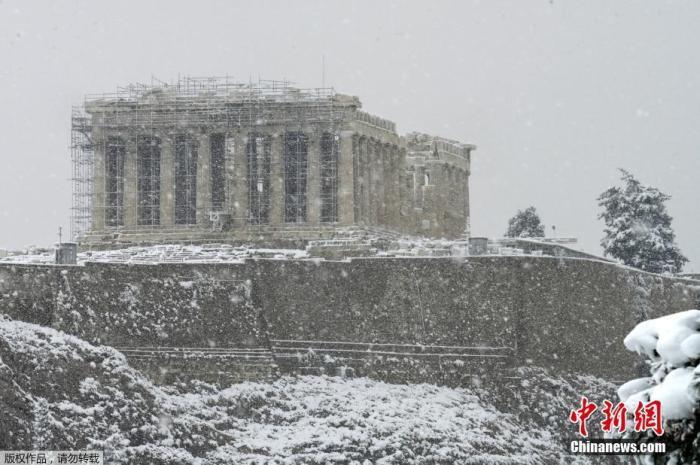当地时间2月16日,希腊雅典迎来罕见大雪天气,古老的卫城被积雪覆盖。图为卫城最高处的帕特农神矗立在纷飞的大雪中。
