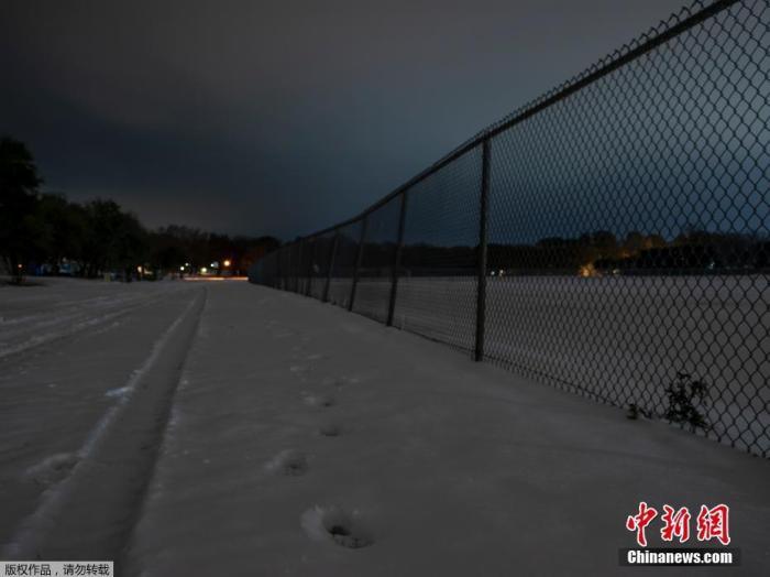 资料图:近日,美国遭遇极寒天气侵袭,多地气温创近年新低。其中得克萨斯州灾情最严重,暴风雪一度导致电网在酷寒中瘫痪。图为积雪的公路。