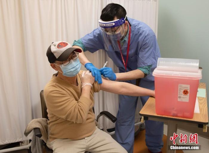 当地时间2月17日,美国旧金山东华医院的医护人员为附近华裔社区居民接种新冠疫苗。 中新社记者 刘关关 摄