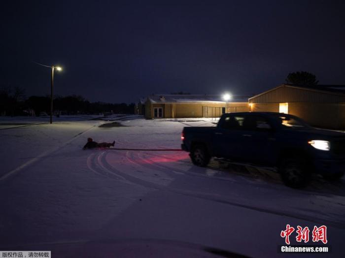 """近日,美国遭遇极寒天气侵袭,多地气温创近年新低,已有至少31人死亡。其中得克萨斯州灾情最严重,暴风雪导致电网在酷寒中瘫痪,约400万居民家中长时间停电。图为民众在空旷的公路上用汽车""""滑雪""""。"""
