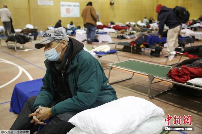 当地时间2月18日,美国得克萨斯州普莱诺因冬季天气导致停电后,人们在避难所里休息。