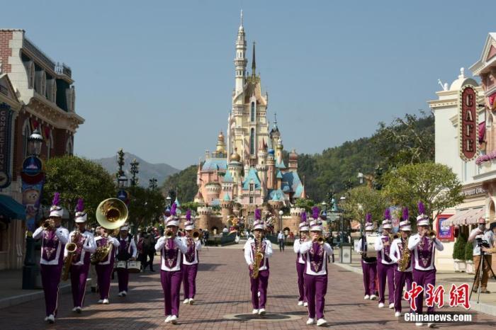 2月19日,香港疫情放缓,香港迪士尼乐园重开,不少市民入场享受亲子欢乐时光。图为香港迪士尼乐园重开,现场表演欢迎宾客。 中新社记者 李志华 摄