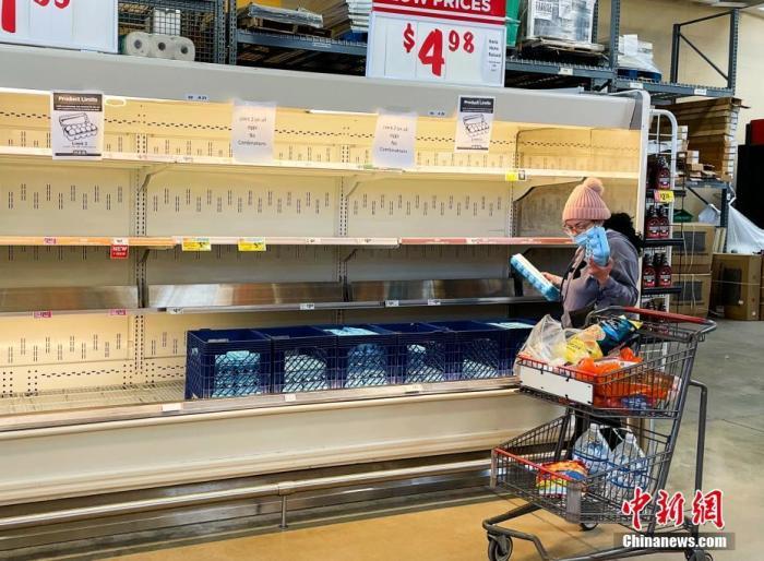 当地时间2月19日,受冬季风暴引发断电、断水灾情的影响,美国得州休斯敦许多超市出现饮用水、肉制品等商品短缺。图为休斯敦一家HEB超市的鸡蛋出现短缺。超市贴出限购告示:一个购物车只能买2盒鸡蛋。 <a target='_blank' href='http://www.chinanews.com/'>中新社</a>记者 曾静宁 摄
