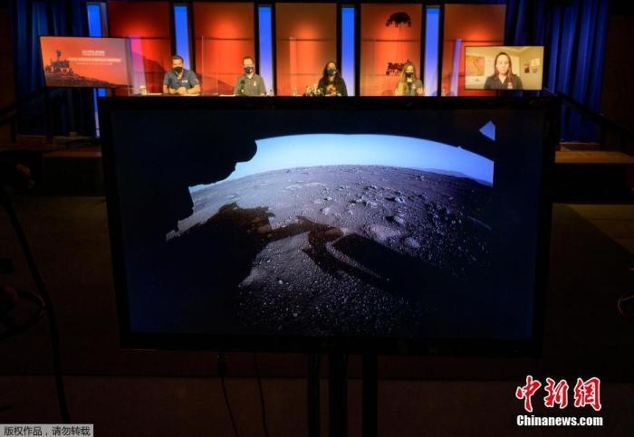 """当地时间2月18日,美国NASA""""毅力号""""火星车已成功降落在火星表面。图为由""""毅力号""""避险摄像头(Hazcams)发回的火星高清彩色照片。"""