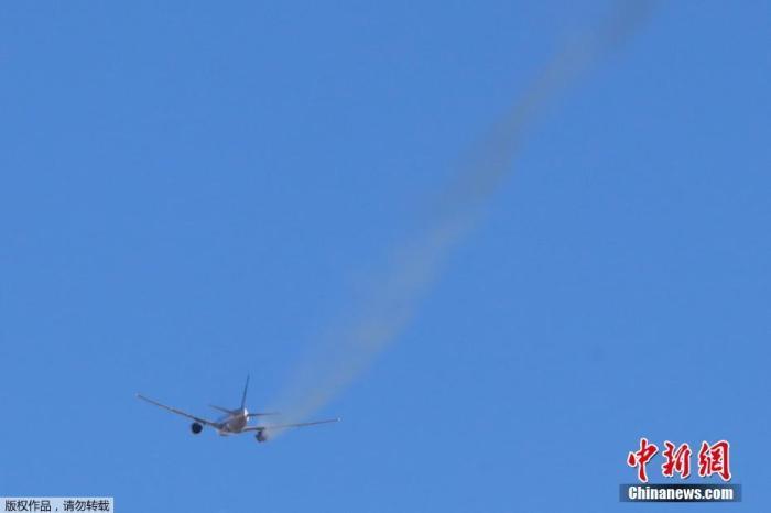 當地時間2月20日,美國聯合航空公司一架飛往檀香山的航班在起飛后不久,就因為引擎故障,被迫返回丹佛國際機場。航班上共有241人,包括10名機組人員。所有乘客都安全下了飛機,航空公司正在為他們安排新的航班。據了解,該航班機型為波音777-200型。圖為客機返航。