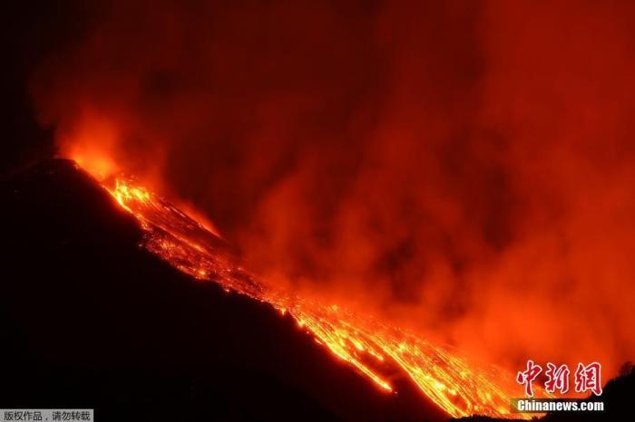 当地时间2月21日,意大利埃特纳火山喷发,大量岩浆流淌,股股热气升腾。