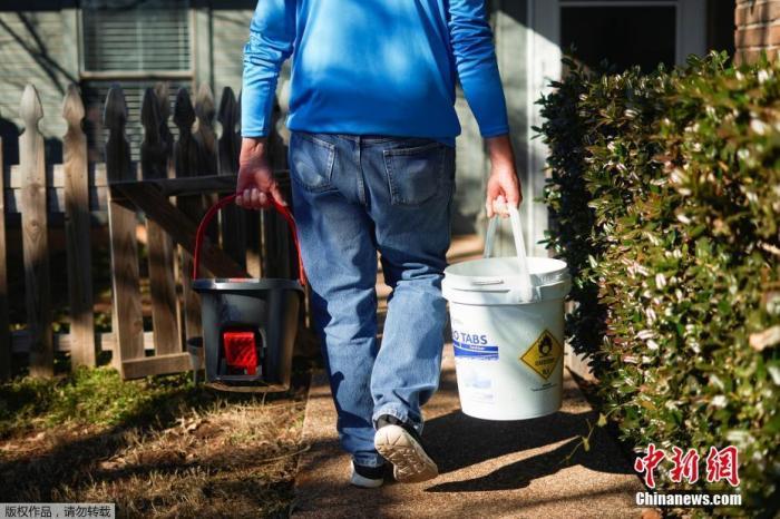 当地时间2月20日,由于美国得州遭遇暴风雪极寒天气,部分地区水电供应紧张,家住得州的罗德尼·罗伯茨从自家的泳池里打水用于厕所冲马桶。