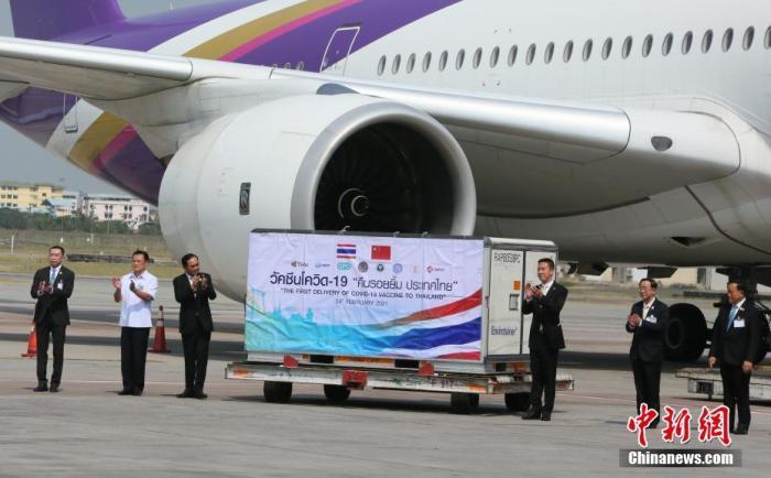 2月24日,泰国政府采购的首批中国科兴公司新冠疫苗运抵曼谷素万纳普机场。泰国总理巴育、副总理兼卫生部长阿努廷、中国驻泰国大使馆临时代办杨欣等共同前往机场,迎接中国疫苗的到来。这是中国向泰国出口的第一批新冠疫苗,也是泰国进口的第一种新冠疫苗。泰国政府此前表示,共订购了200万支中国科兴疫苗,将分批运抵泰国。 图为泰国总理巴育(左三)、泰国副总理兼卫生部长阿努廷(左二)、中国驻泰国大使馆临时代办杨欣(右三)等在装有中国疫苗的集装箱前合影。 <a target='_blank' href='http://www.chinanews.com/'>中新社</a>记者 王国安 摄