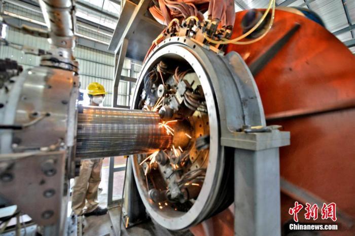 资料图:工人在智能生产车间生产管道。 林弘梫 摄