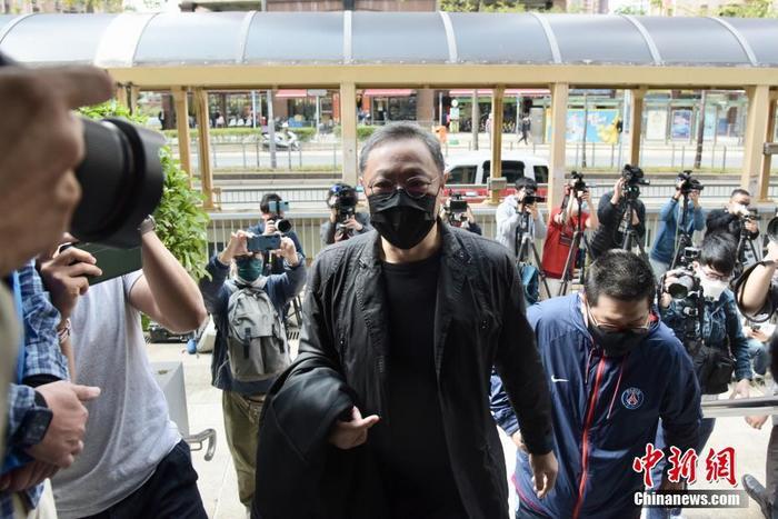 """2月28日,戴耀廷等人到马鞍山警署报到。当天,香港警方以""""串谋颠覆国家政权罪""""起诉47名于今年1月被拘捕的人士,包括39男8女,年龄介乎23至64岁,其中包括组织、策划所谓""""35+初选""""活动的戴耀廷。 <a target='_blank' href='http://www.chinanews.com/'>中新社</a>记者 李志华 摄"""