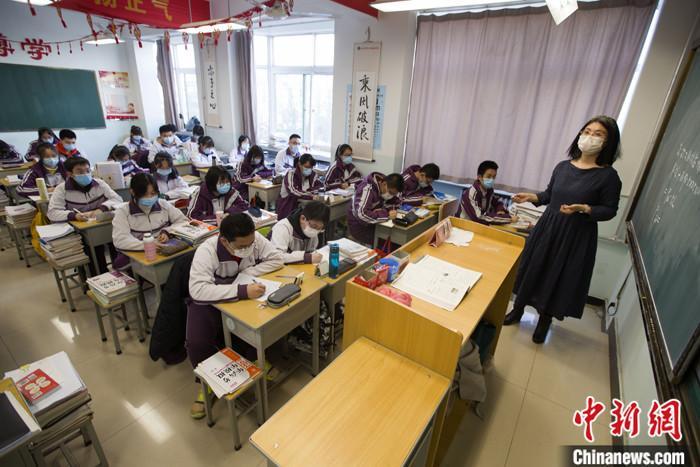 资料图:学生在教室内上课(图文无关)。 中新社记者 张云 摄