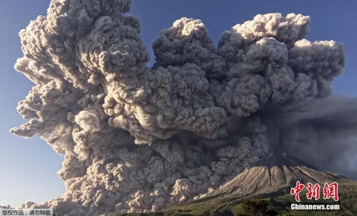 """当地时间3月2日,印尼锡纳朋火山喷发,巨大的浓烟腾起仿佛""""蘑菇云""""。"""
