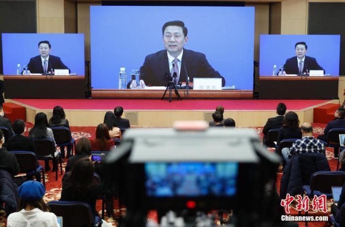 3月3日,全国政协十三届四次会议新闻发布会在北京举行,大会新闻发言人郭卫民向中外媒体介绍本次大会有关情况并回答记者提问。为有效防控疫情,共同维护公共卫生与健康,新闻发布会采用网络视频形式进行。图为记者在分会场参加发布会。 中新社记者 杜洋 摄