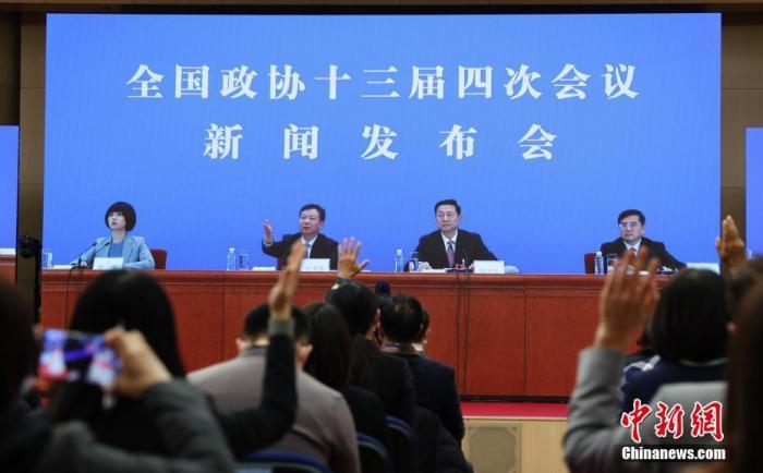 图为记者在分会场的屏幕前举手提问。 中新社记者 杜洋 摄