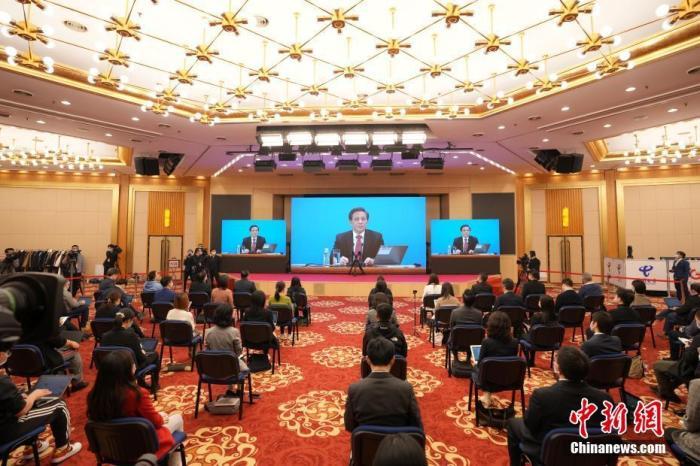 3月4日晚,十三届全国人大四次会议新闻发布会在北京人民大会堂新闻发布厅举行,由大会发言人张业遂就大会议程和人大工作相关问题回答中外记者提问。为有效防控疫情,共同维护公共卫生与健康,新闻发布会采用网络视频形式进行。图为分会场。 中新社记者 蒋启明 摄
