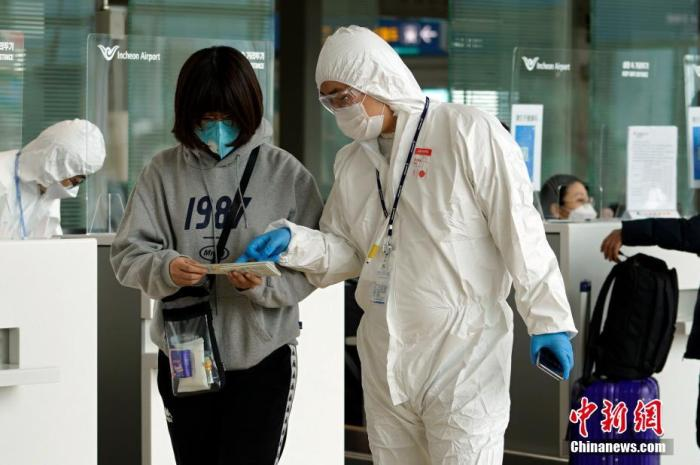当地时间3月4日,在韩国仁川机场,航空公司工作人员检查旅客防疫证明等。<a target='_blank' href='http://www.chinanews.com/'>中新社</a>记者 曾鼐 摄