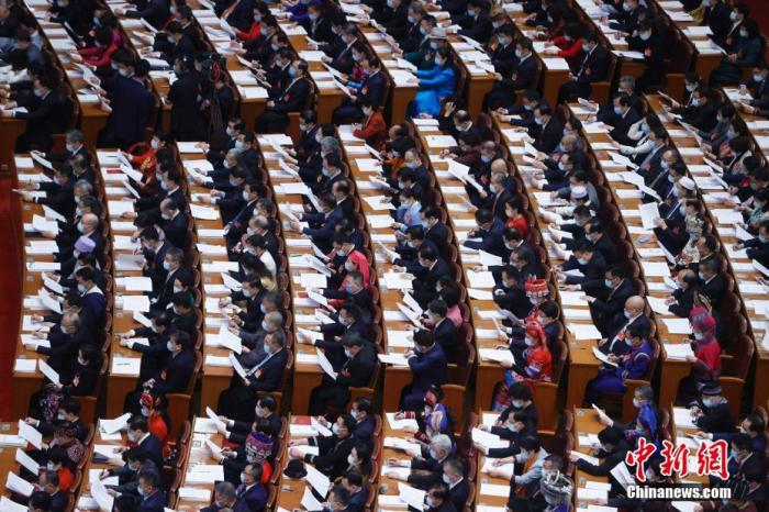 资料图:3月5日,第十三届全国人民代表大会第四次会议在北京人民大会堂开幕。图为代表在认真听会。 中新社记者 杜洋 摄