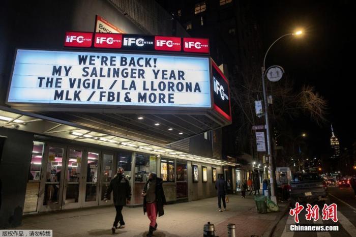 当地时间2021年3月5日,美国纽约,美国部分影院重新开放,并采取了相关的防疫安全措施。自去年3月新冠疫情爆发以来,纽约的影院第一次开放。图为影院挂上重新开放的招牌。