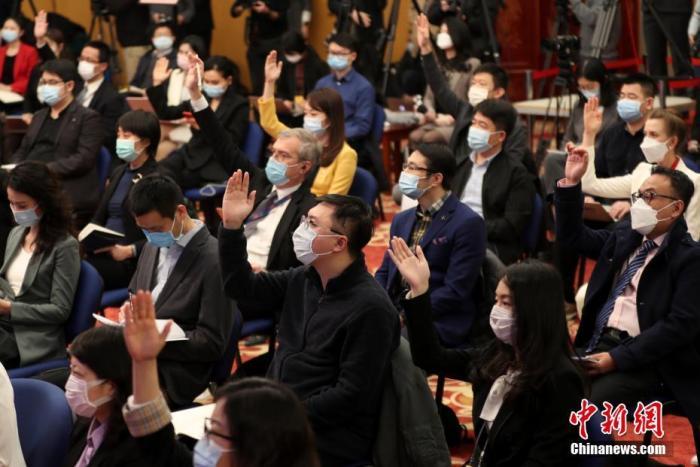 图为记者在分会场举手提问。 中新社记者 蒋启明 摄