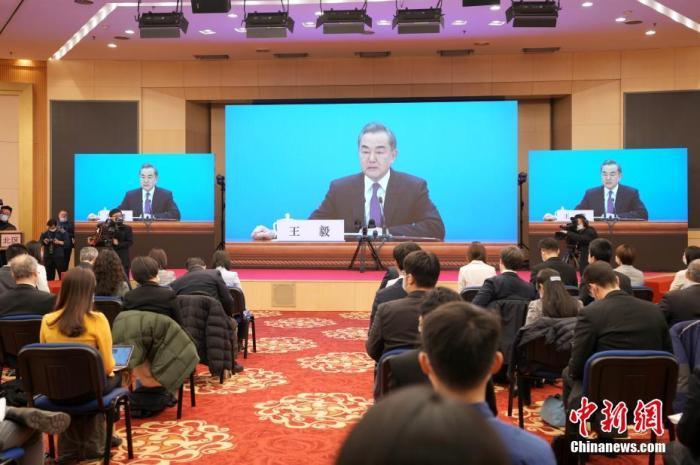 图为记者在梅地亚中心多功能厅采访。 中新社记者 蒋启明 摄