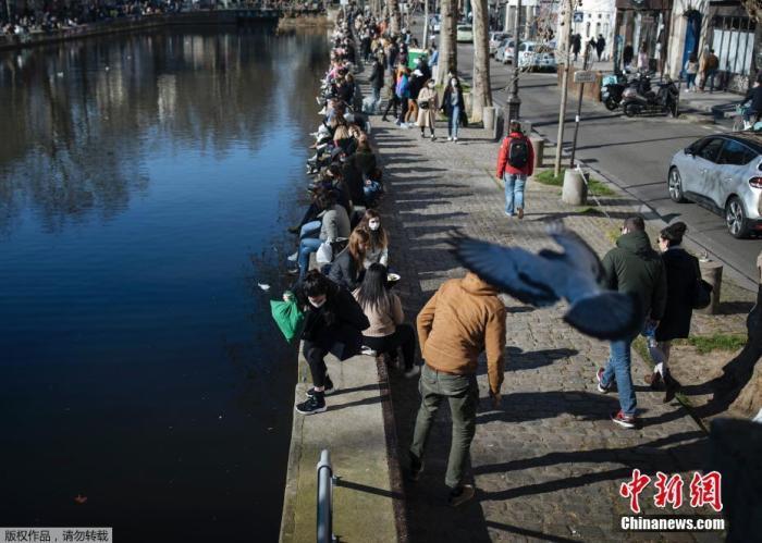 当地时间3月7日,法国巴黎天气转暖,大量人群聚集在圣马丁运河岸边赏春,因未遵守防疫规定遭警方强制疏散。近日,巴黎进一步收紧管制措施以遏制疫情恶化。