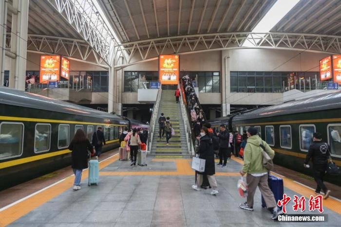 """2021年春运结束 中国铁路客流呈现""""V""""形走势"""